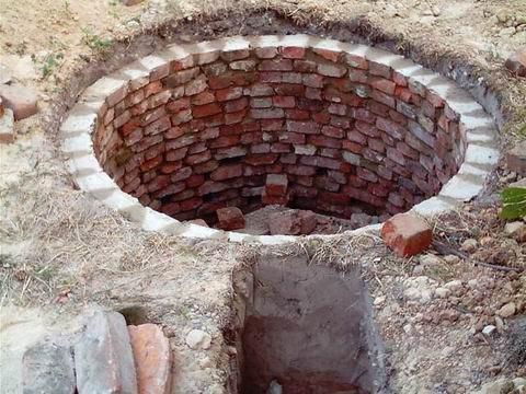 Для сооружения стенок используется красный полнотелый кирпич.