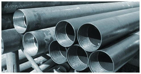 Для укрепления ствола скважины используют металлические или пластиковые трубы.