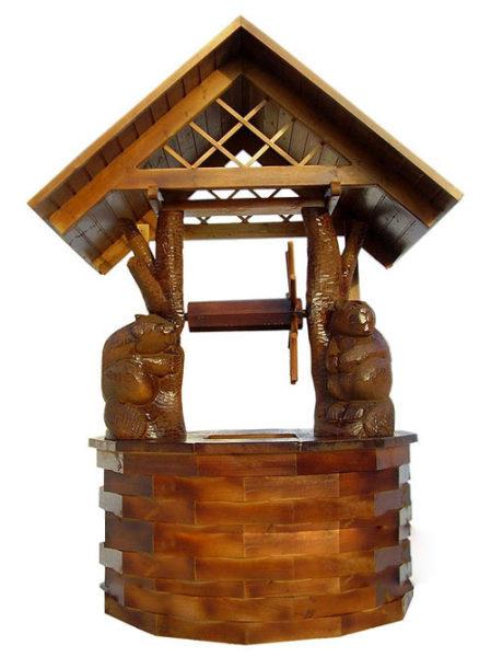 Домик под колодец украшен медведями