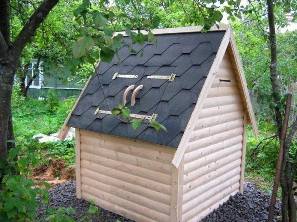 Домик с двускатной крышей – традиционный вариант колодца