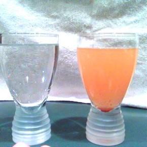 Двухвалентное железо окрашивает воду постепенно.