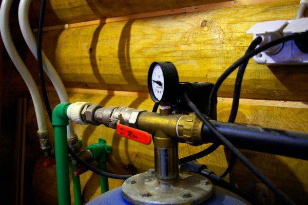 Гидроаккумулятор соединяют с дюймовым выходом.