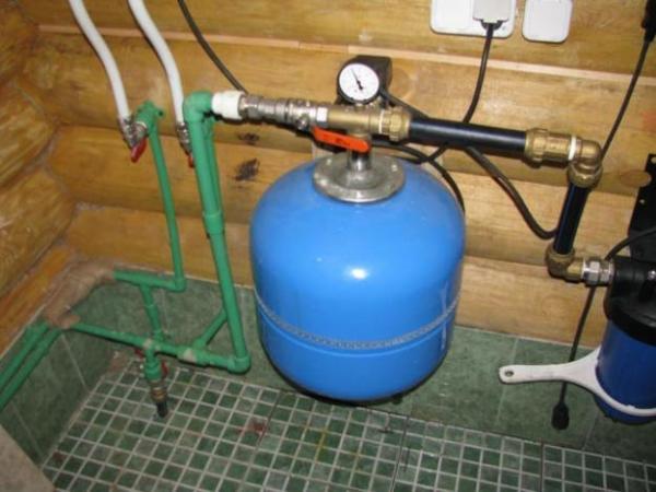 Гидроаккумулятор стабилизирует давление в системе водоснабжения.