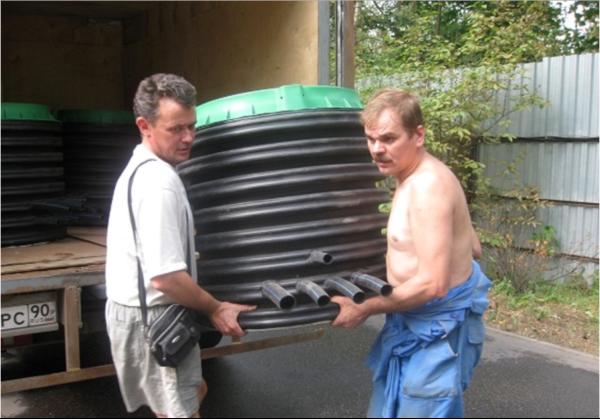 Главное преимущество пластика перед бетоном очевидно — это малый вес и как следствие разгрузка и установка без спецтехники