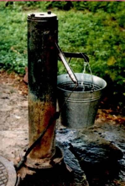 Именно такие колодцы становятся источником «загрязнения» грунтовых вод