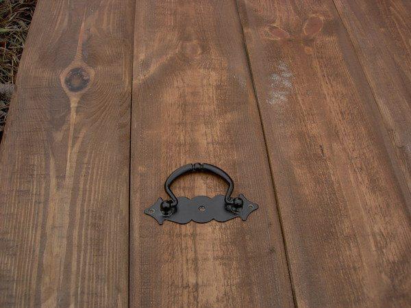 Использование декоративных кованых элементов еще лучше подчеркивает благородную структуру дерева