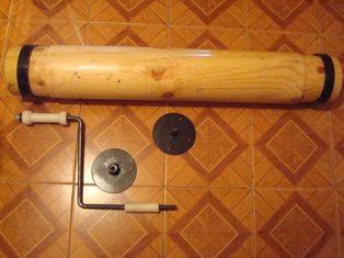 Из капролона делаются не только вставки, но и ручка ворота для колодца