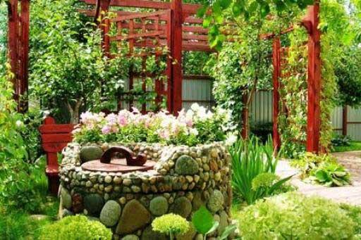 Каменное сооружение, украшенное цветами.