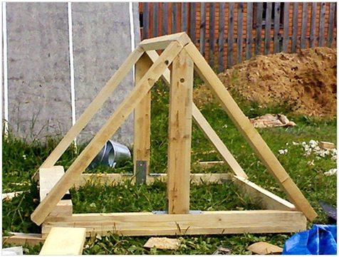 Каркас крыши колодезного домика.