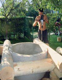 Когда оголовок выведен, глиняный замок сооружен и проверена вода, можно заняться и внешним оформлением своими руками (фото «А»)