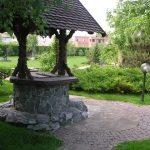 Колодец, декорированный натуральным камнем