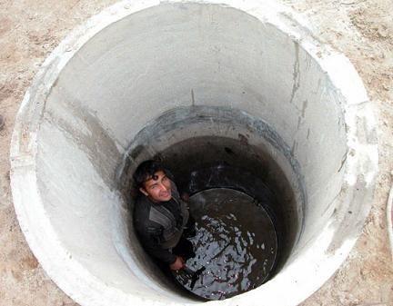 Колодец из бетонных колец, которые под своим весом опускаются в шахту