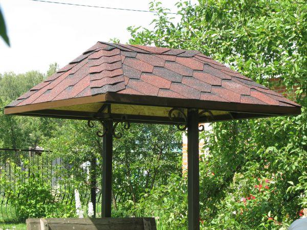 Колодезная крыша на металлическом каркасе.