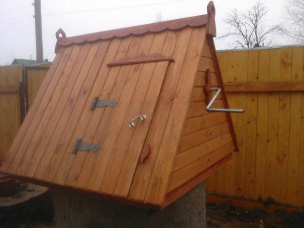 Колодезный домик на фото защищен от влаги именно таким способом.