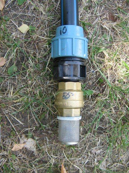 Конец трубы снабжаем фильтром и клапаном.