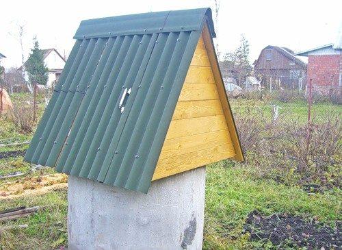 Крыша домика из шифера.