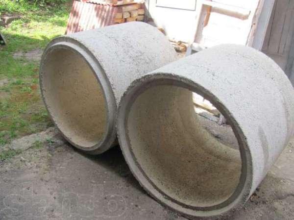 Любительское фото готовых колец из железобетона, имеющих специальные пазы для создания замковых соединений