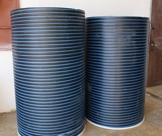 Любительское фото колец из пластика, предназначенных для создания стен колодца