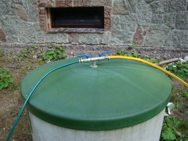 Любительское фото пластиковой крыши с отверстием для установки водопроводного шланга