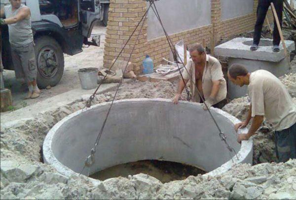 Монтаж бетонных колец распределительного колодца невозможен без подъемного крана.