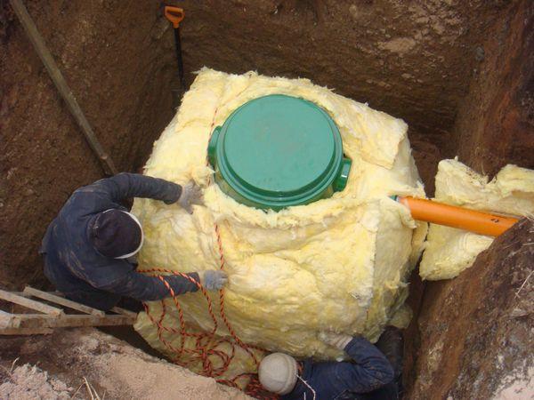 Монтаж кессона для скважины обязательно включает утепление.