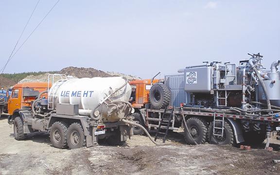 На фото - мобильный комплекс оборудования для цементирования ствола скважины.