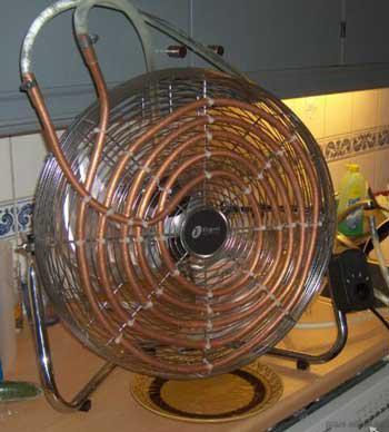 На фото - самодельный фанкойл из вентилятора и медной трубки.