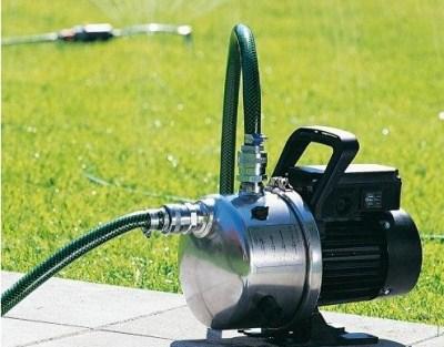 На фото – демократичный вариант для дачной скважины, его напора достаточно, чтобы поливать грядки