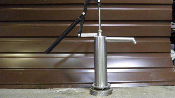На фото – конструкция ручного насоса для воды