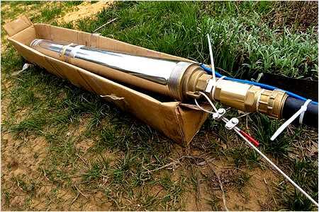На фото глубинный насос, подключенный к коммуникациям и электропитанию.