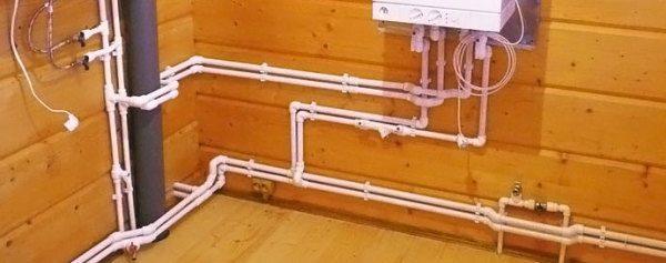 На фото изображена внутренняя разводка труб, которая подведена к подвешенному на стене блоку автоматики.