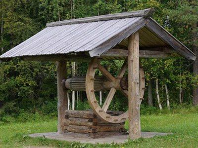 На фото типичная конструкция русского колодца.