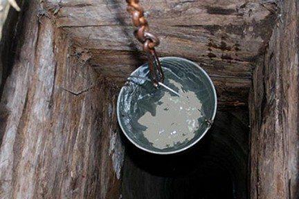 На фото видно, какая должна быть вода в исправном деревянном колодце.