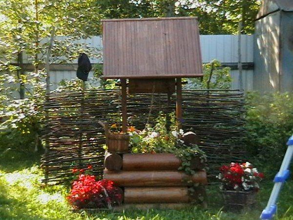 На фото: вместо трубы с торчащими шлангами у вас на участке появится уютный уголок в деревенском стиле