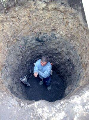 На каменистом грунте приходится копать колодец вручную.
