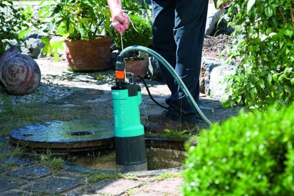 Насос периодически извлекаем и прогоняем через него чистую воду.