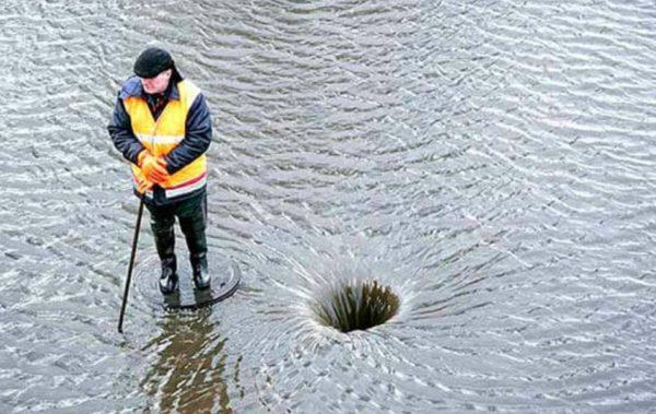 Не каждый из нас готов мокнуть под дождем, чтобы убрать засоры на пути дождевой воды.