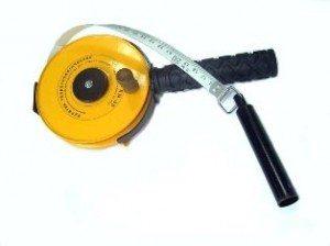 Небольшой груз, установленный на рулетку, поможет измерить глубину скважины и по расположению влажных мест покажет уровень залегания водоносного слоя