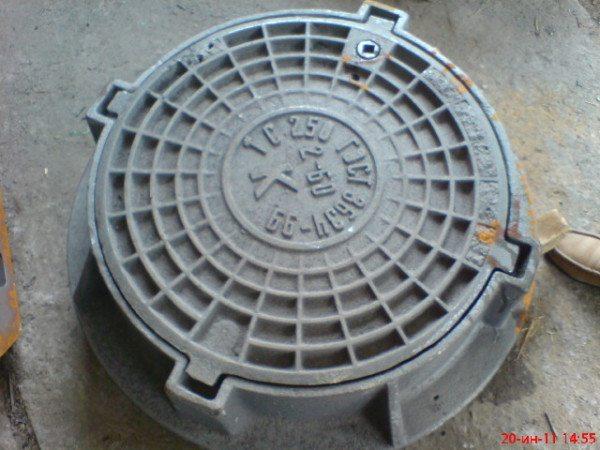 Некоторые мастера рекомендуют накрывать колодец люком, а подачу воды осуществлять при помощи насоса