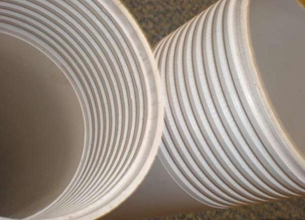 Новейшие пластиковые трубы надежнее и безопаснее, так как не влияют на воду, ни с чем не вступают в реакцию.