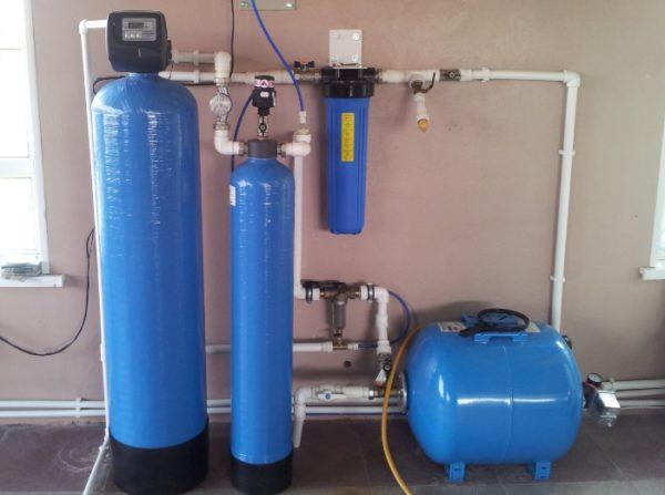 Очистка от железа производится целым комплексом оборудования, одного фильтра недостаточно