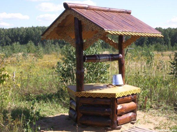 Оригинально выглядят шестигранные домики для колодца своими руками.