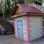 Отделка домика для скважины декоративным кирпичом