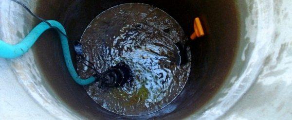 Откачиваем воду насосом.
