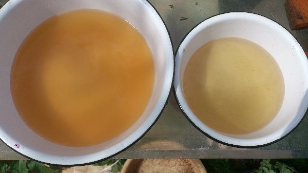 Отстаивание является не слишком эффективным: слева на фото цвет воды до начала отстаивания, справа – после