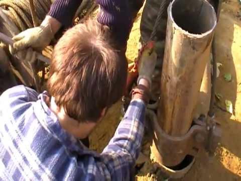 Отвинчиваем конструкции, достаем трубу.