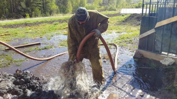 Перед забором проб скважина обязательно промывается до чистой воды.