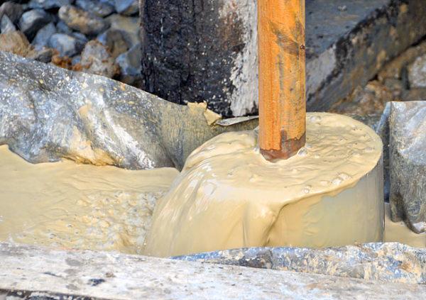 Первая жидкость, которая начинает выходить из скважины – это раствор воды, песка, глины и ила.