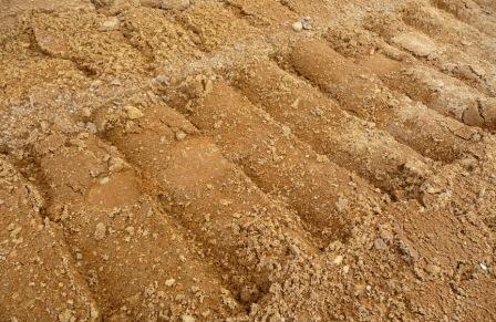 Песчаный грунт идеален для строительства фильтрующего колодца.