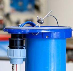Питающий кабель в месте ввода в корпус защищается специальным фитингом.